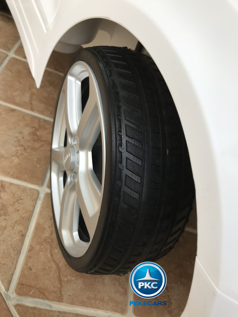 Coche electrico infantil Audi Q5 12V Blanco con ruedas de caucho antipinchazos