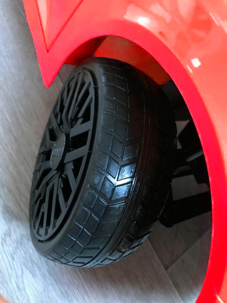 Coche electrico infantil Audi Little R8 Spyder Rojo con ruedas de caucho antipinchazos