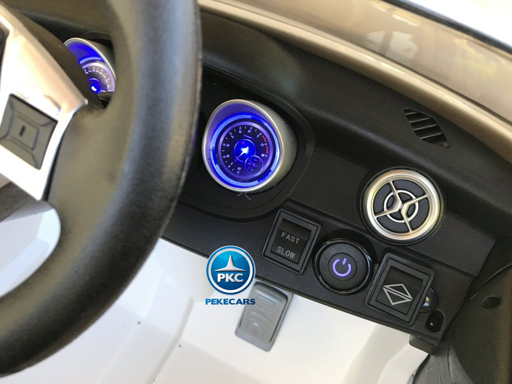 Coche electrico para niños mercedes a45 Blanco salpicadero retroiluminado en color azul