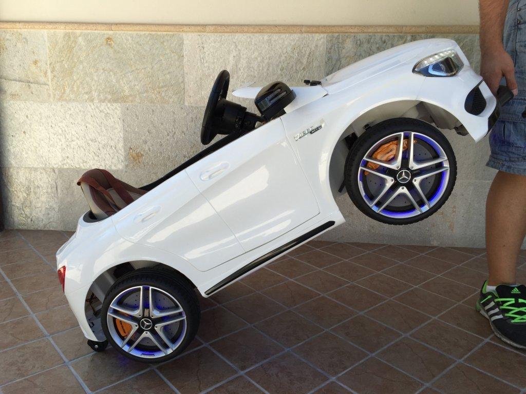 Coche electrico infantil Mercedes CLA45 Blanco con asa de transporte