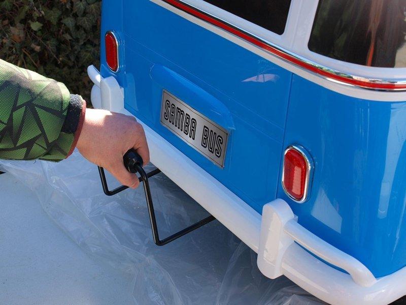 Furgoneta Volkswagen para niños 12V 2 Plazas Azul con asa de transporte