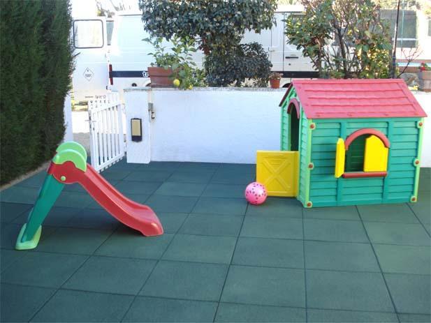 Pavimento y suelos de caucho para parques infantiles for Pavimento jardin